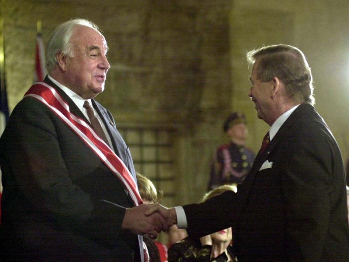 Ze symbolu zkaženosti Západu se Kohl v Česku stal uznávaným politikem. V roce 1999 obdržel Řád Bílého lva.