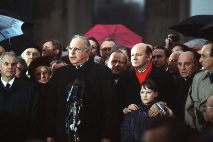 V prosinci 1989 Kohl slavnostně otevíral znovuotevřenou Braniborskou bránu. Ještě pár měsíců předtím na místě stála Berlínská zeď.