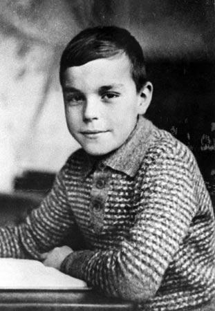 Kohl prožil dětsví během druhé světové války, při níž přišel o bratra. Z vysokého neposedného chlapce se poté stal jeden z nejvýznamějších mužů moderního Německa.