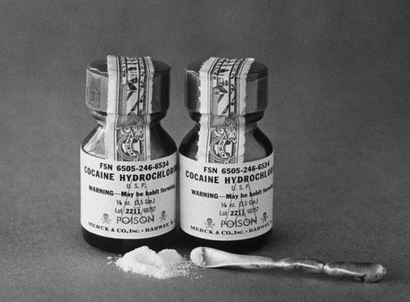 """""""Léčebný"""" kokain od firmy Merck se prodával v lékárně za 12 korun za gram. No nekupte to."""
