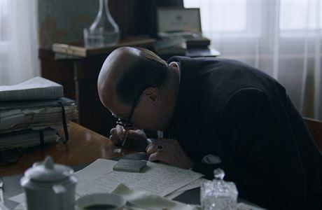 Jan Masaryk v podání Karla Rodena si dává lajnu ve filmu Masaryk.