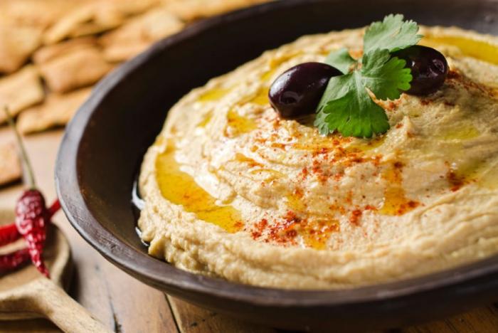 Hummus není zrovna obvyklým dipem, ale pokud jste ho doteď ještě neochutnali, věřte že mu propadnete