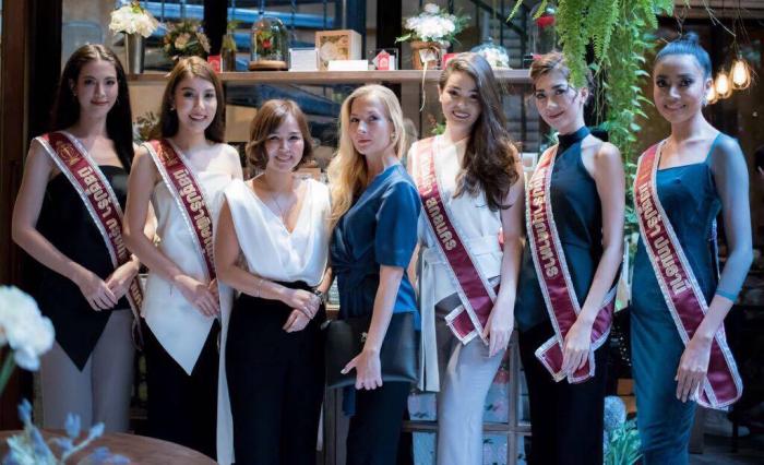 Anna Kristina Sion spolu se soutěžícími Miss Thajsko a zakladatelkou šperkařské společnosti Imprint paní Naridtanan Palakavong na Ayuthaya.