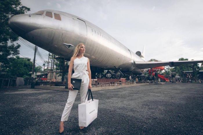 Fenomenální úspěch s korunkou otevřel české návrhářce dveře k prodeji jejích výrobků v Thajsku. Zakoupit si v Bangkoku půjde i výrobky luxusní značky Günsberger, se kterou mladá designérka spolupracuje.