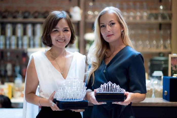 Česká návrhářka Anna Kristina Sion (vpravo) je autorkou návrhu korunky pro Miss Thajsko.