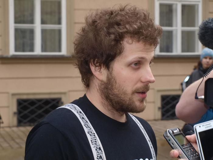 Cenu před Bangou a skupinkou anarchistů okupujících dům na Žižkově dostal i Matěj Hollan. Nejspíše za to, že se mu povedlo jako prvnímu zprotivit Brno i mnoha Brňákům.