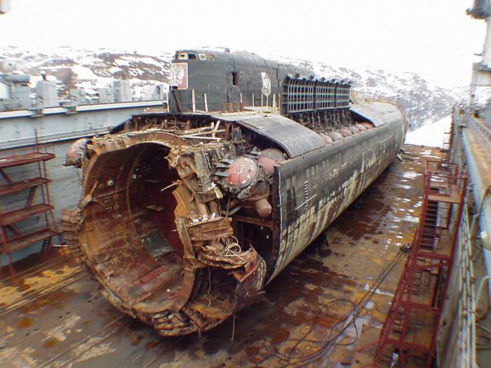 Z hloubky vyzvednuté torzo Kursku. Nikdo z 118 námořníků na palubě nepřežil.
