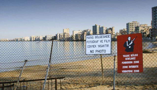 V uzavřeném nárazníkovém pásmu OSN zůstalo i kdysi nejluxusnější letovisko ostrova Varosha. To je nyní chátrajícím městem duchů.