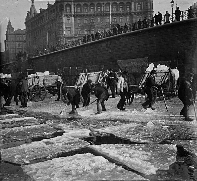 Ledaři v Praze kolem roku 1905.