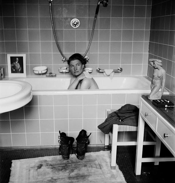 Snímek z časopisu Life, který fotografku světově proslavil, paradoxně vyfotil její kolega David E. Schermann, když ji v roce 1945 zachytil při koupeli v mnichovském bytě Adolfa Hitlera.