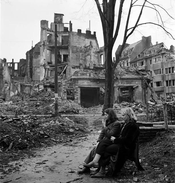 Dvě Němky sedící v troskách, Kolín nad Rýnem, 1945.