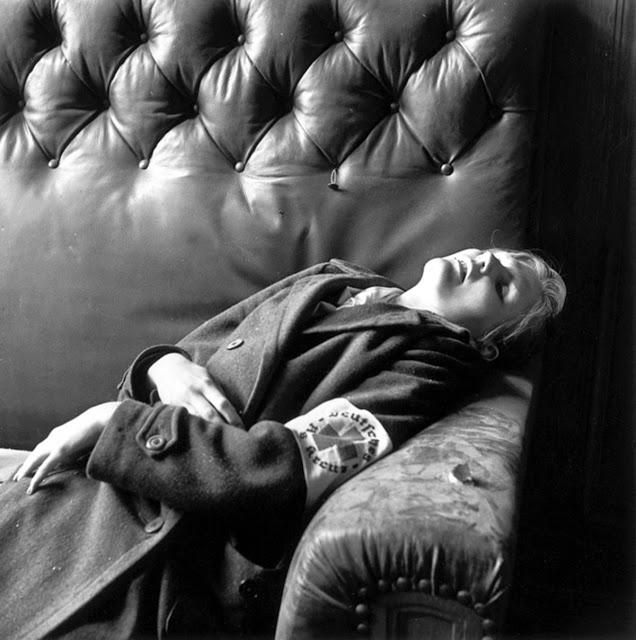 Mrtvá dcera náměstka primátora Lipska poté, co celá rodina spáchala sebevraždu 20. dubna roku 1945.