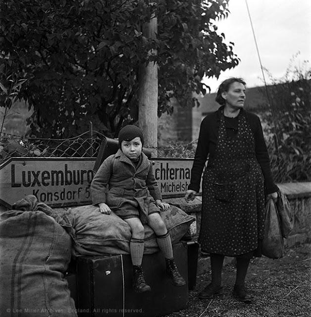 Matka se synem čekají na křižovatce na transport, Lucembursko, 1945.