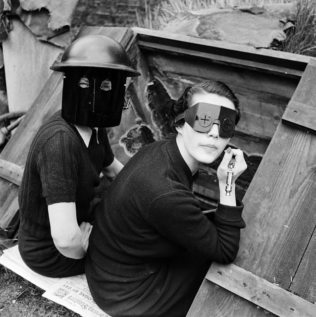 Ženy v požárních maskách, Londýn, 1941.