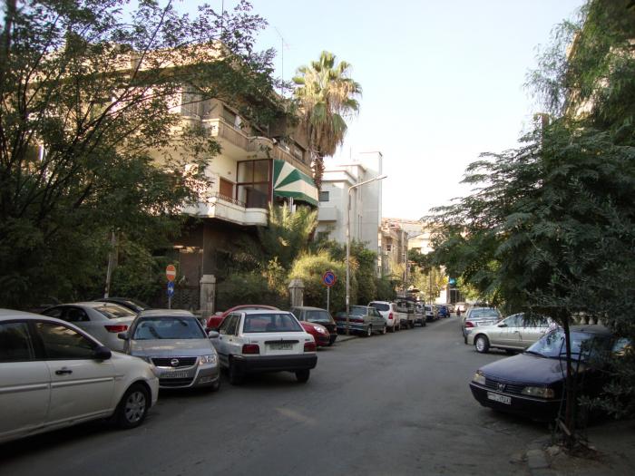 Tuto poklidnou čtvrť Damašku netrápí jen problémy s parkováním, ale zvláště všudypřítomné tuny páchnoucího odpadu.