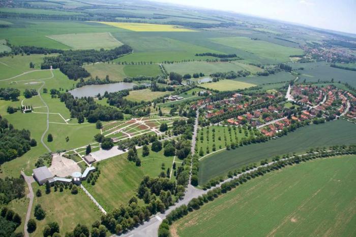 Tam, kde stály Lidice, je dnes památník s muzeem a pietní park. Nové Lidice vyrostly hned vedle.