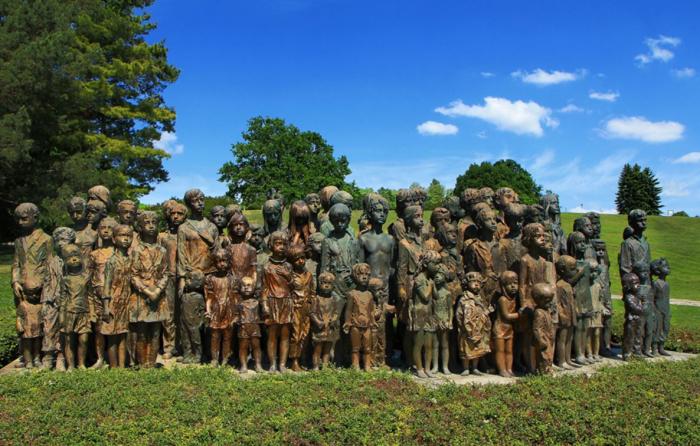 Sousoší Marie Uchytilové zachycující umučené lidické děti je dnes jedním ze symbolů památníku Lidic.