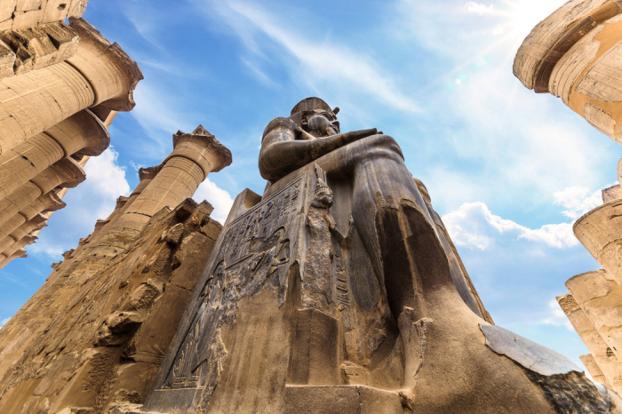 Další socha Ramesse II. v egyptském Luxoru. Zde se nachází největší egyptský chrámový komplex Karnak.