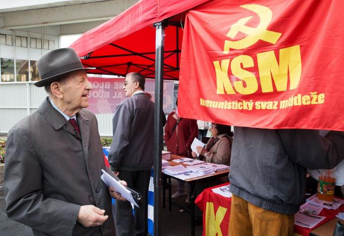 Milovníci komunismu v čele s Miloušem Jakešem si prvomájové oslavy nenechají ujít ani dnes. Na pražském Výstavišti to pak vypadá jako v socialistickém skanzenu.