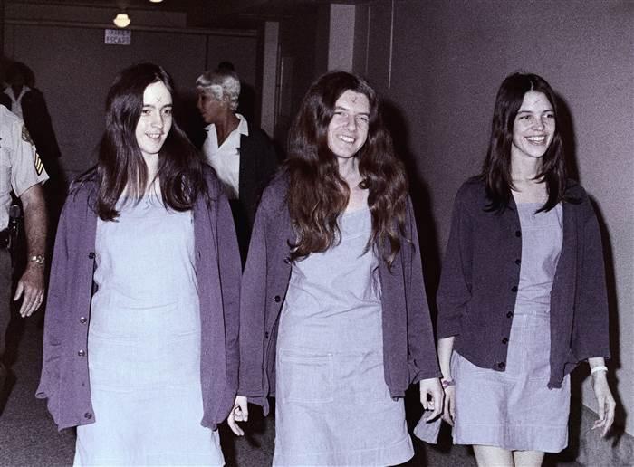 Susan Atkinsová, Patricia Krenwinkelová a Leslie Van Houtenová. Trojice Mansonových vražedkyň u soudu, kde byly nejprve odsouzeny k smrti a poté na doživotí.
