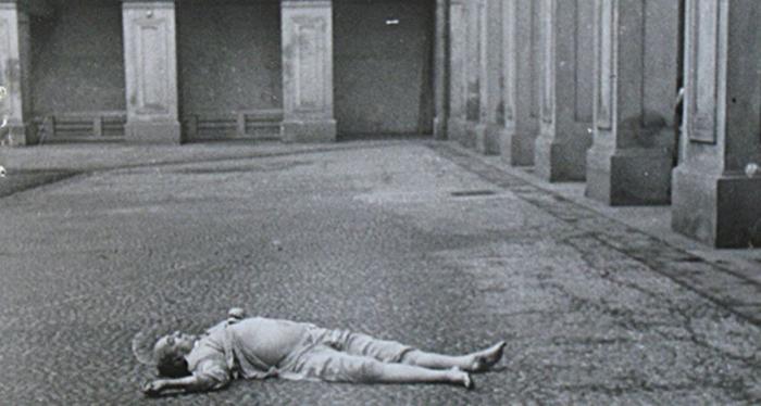 Takto byl Jan Masaryk nalezen pod okny svého ministerského bytu.