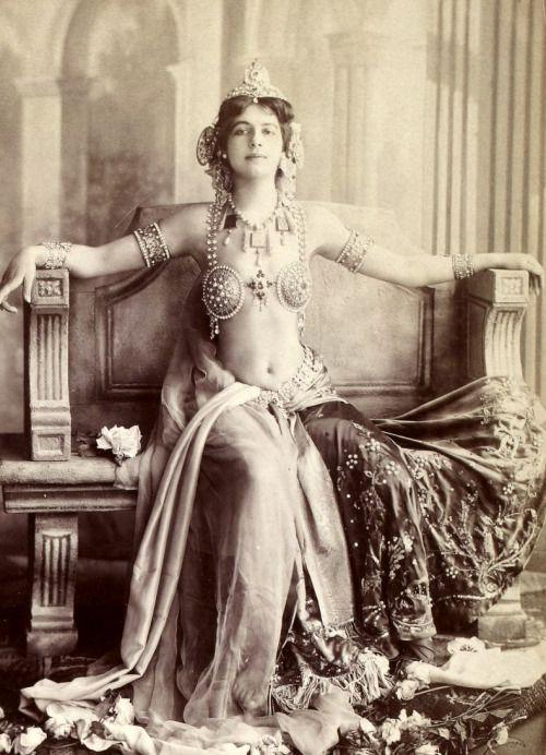 Jako exotická kráska Mata Hari uhranula Holanďanka Margaretha Geertruida Zelleová celou Paříž. Z chudé dívky z rozpadlé rodiny se stala uznávanou celebritou, které bohatí muži leželi u nohou.