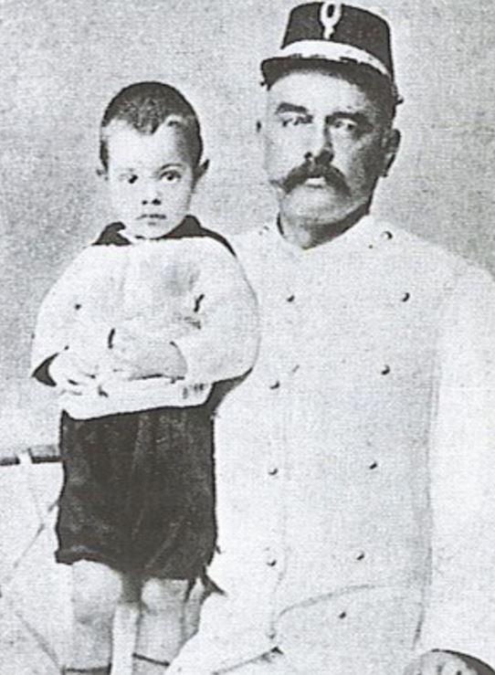 Syn Maty Hari Norman John spolu se svým otcem Rudolphem MacLeodem.