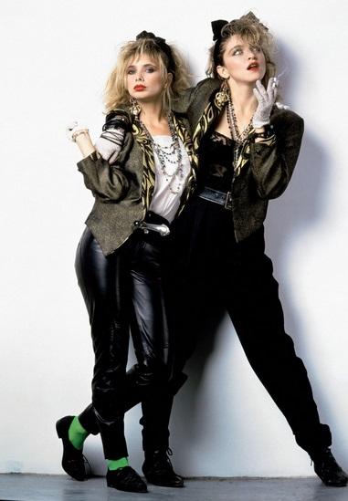 Módní trendy udávaly popové hvězdy. Zpěvačka Madonna (vpravo, na snímku z roku 1985) spolu s herečkou Rosannou Arquette byly jedny z nich.