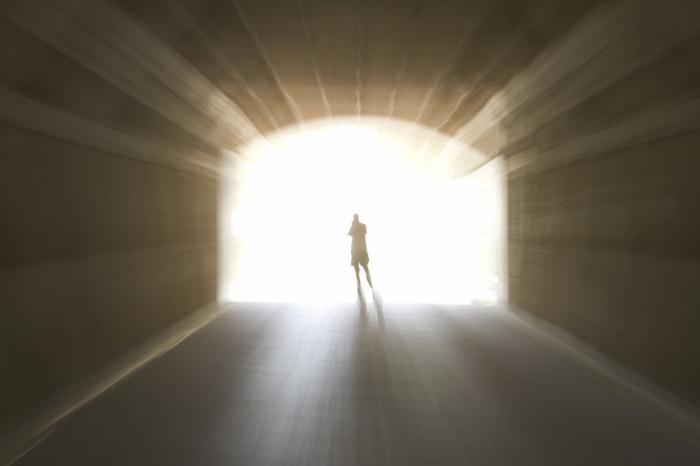 Zážitek blízký smrti nejčastěji ti, kteří ho v klinické smrti prožili, popisují jako cestu za světlem na konci tunelu.