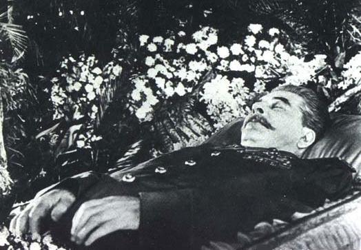 Vycpaný Stalin si pár let lebedil vedle kolegy Lenina. Pak putoval v rámci destalinizace pod zem.