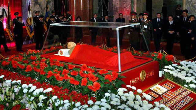 Květiny kolem mrtvoly Kim Čong Ila se jmenují kimčonilie, ty kolem jeho otce kimirsenie. Důvtipné.