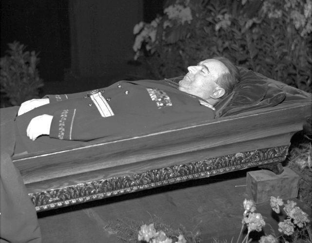 Klementu Gottwaldovi ten věčný spánek nepříliš spravedlivých dlouho nevydržel a brzy se začal rozpadat.
