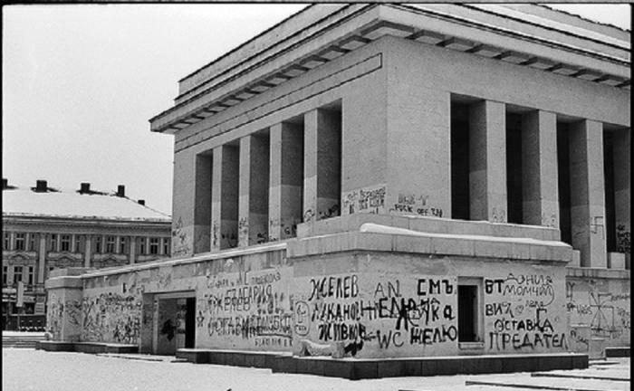 Po pádu bulharského komunismu šel nejprve Dimitrov pod zem a následně jeho omšelé mausoleum k zemi.