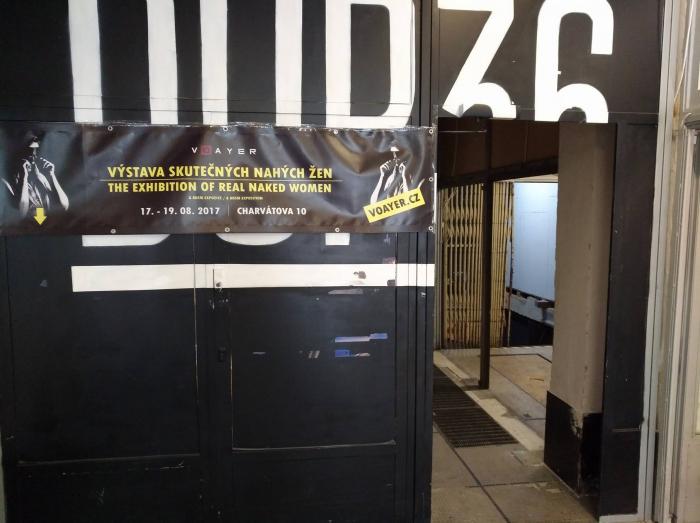 Vstup do uměleckého prostoru DUP36 slibuje netradiční zážitek. Za dveřmi vás čeká příjemné překvapení.