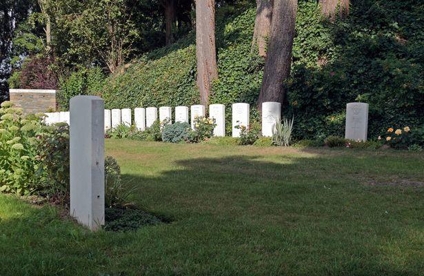 Přímo naproti sobě leží první a poslední padlý voják z první světové války.