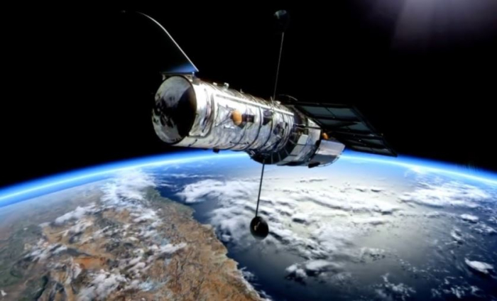 600 km nad zemí se vznáší Hubbleův teleskop. Díky němu vidíme i na miliony kilometrů vzdálené galaxie.