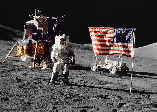 Neil Armstrong jako první muž kráčí na Měsíci. Celkem se po něm prošlo 12 astronautů.