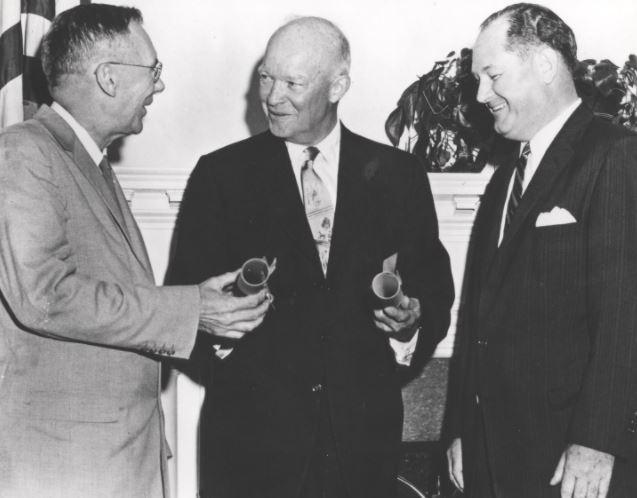 Americký prezident Eisenhower krátce po podpisu zákona, kterým se zřizuje NASA. Americké objevování vesmíru tak před 59 lety mohlo začít.