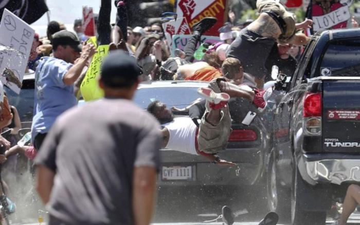 Jeden z ultrapravicových extremistů vjel autem do davu odpůrců neonacismu. Několik lidí zranil, jednu ženu zabil.