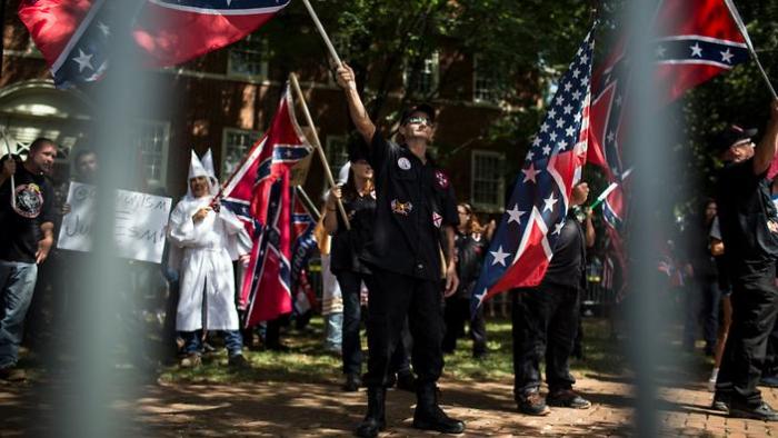 Ku Klux Klan, neonacisté a další ultrapravicoví extremisté. Ve Virginii se sešla samá lepší společnost.