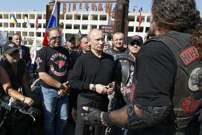 Noční vlci to naopak mají trochu jinak. Putin se chlubí přátelstvím i na svých oficiálních osobních stránkách.