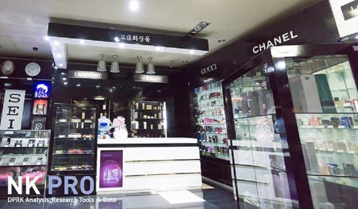 Kromě hodinek si nejbohatší Severokorejci mohou koupit i kosmetiku, parfémy, alkohol nebo oblečení světových značek. To vše se do KLDR dostává povětšinou ze Singapuru, Malajsie nebo Číny.
