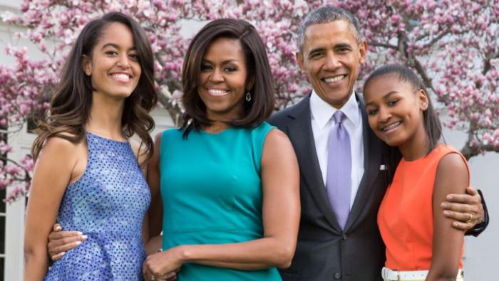 Obamovi jsou prostě perfektní rodina. Baracka Obamu svět uznává nejen jako milujícího manžela, ale i otce dcer Malii a Sashy.