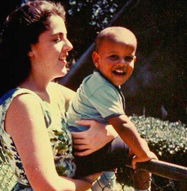 Malý Barack se svou maminkou. Z chlapečka z rozvedeného rasově smíšeného manželství se dokázal stát nejmocnějším mužem světa.