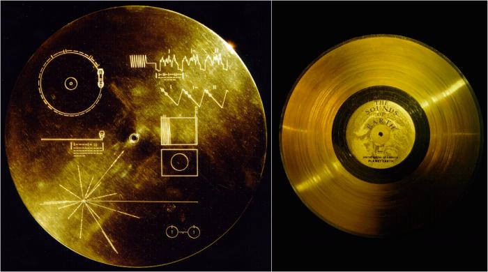 Slavná zlatá deska (vpravo) je umístěna v ještě slavnějším zlatém přebalu (vlevo)