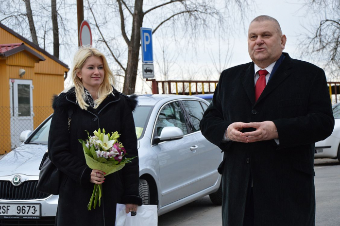 Manažerka ODA Nicole Mertinová patří do známého rodiného klanu napojeného na ČSSD. Dělala asistentku Davidu Rathovi i mluvčí Středočeského kraje.