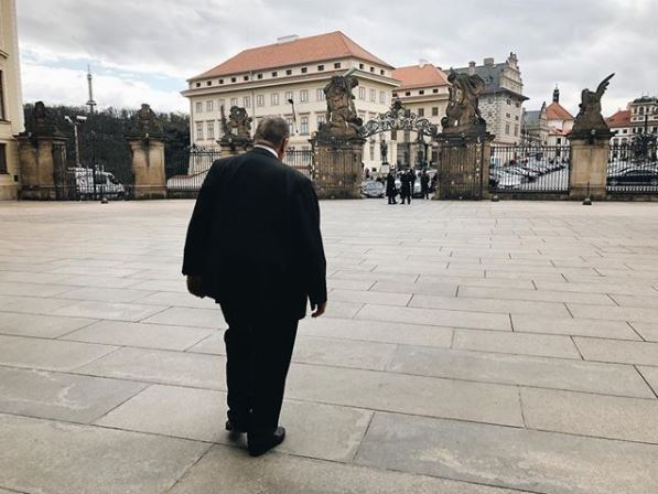 Čestný předseda strany TOP 09 na odchodu z Vladislavského sálu.