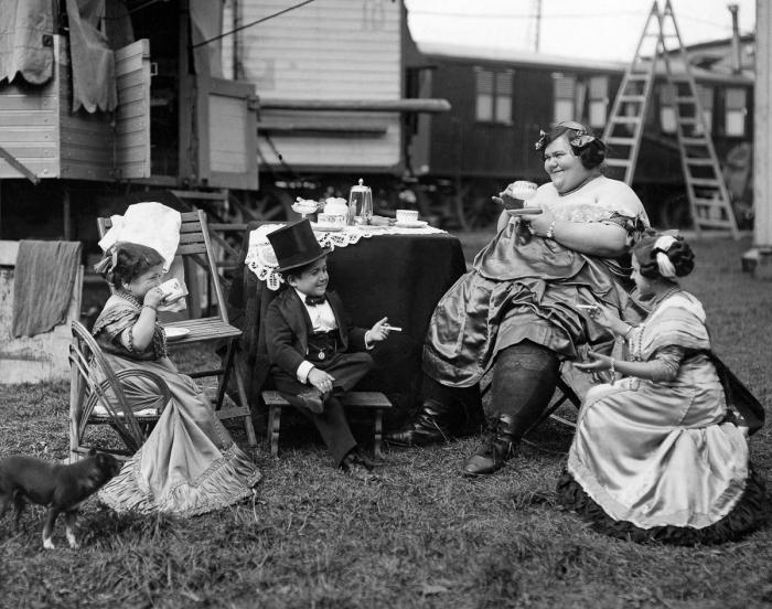 Herci zajišťující zábavu si radši místo piva dávají čaj – 1924