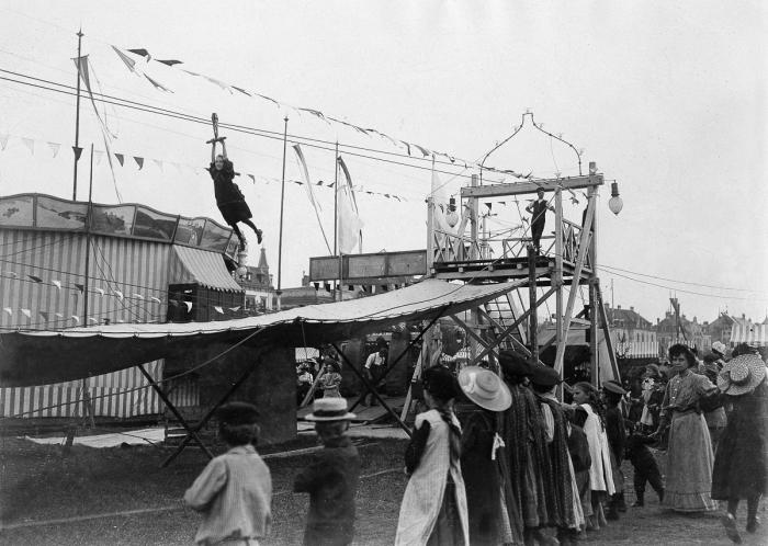 Zatímco dnes jsou k obveselení návštěvníků Oktoberfestu k mání motorizované  pouťové atrakce, dříve se lidé bavili vlastní silou – rok 1909