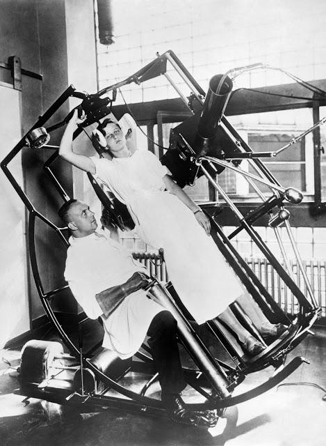 Jeden z výstřelků pocházející z Rentgenového Institutu v německém Frankfurtu z roku 1929. Zvláštní vynález měl umožnit rentgenologovi se dívat skrz přístroj na pacienta a mělo se tak zabránit nadměrnému ozařování lékaře.